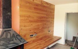 Frontal pared comedor de tarima de roble rústico barnizado